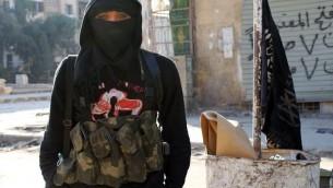 Un membre du groupe djihadiste Al-Nosra à Alep, le 11 janvier 2014 (Crédit AFP - Aleppo Media Center/AFP/Archives Baraa al-Halabi)