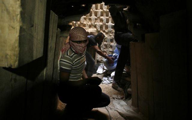 Un passeur palestinien dans un tunnel situé le long de la frontière entre la bande de Gaza et l'Egypte à Rafah, dans le sud de la bande de Gaza. Illustration.  (Crédit : Abed Rahim Khatib/Flash90)