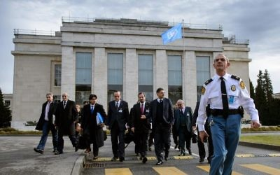 Une délégation de l'opposition syrienne devant les bureaux des Nations Unies à Genève, le 26 janvier 2014 (Crédit : AFP/Fabrice Coffrini)