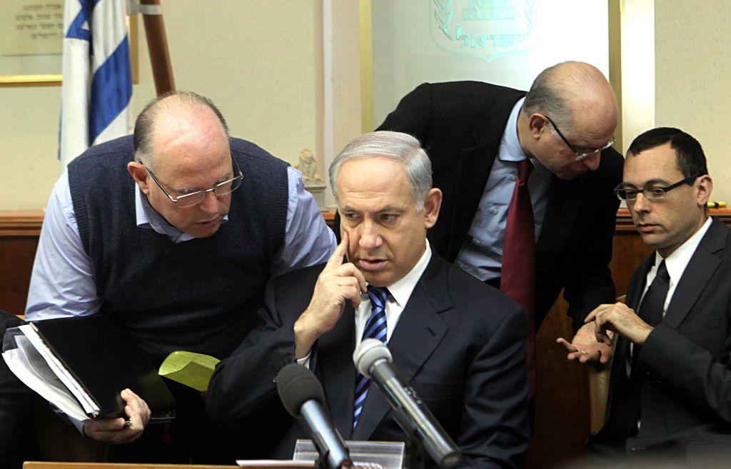 Uzi Arad et Benjamin Netanyahu, en 2009. (Crédit : Kobi Gideon/Flash90)