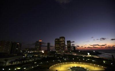 Vue nocturne de la capitale libyenne Tripoli (Crédit : AFP/Archives Patrick Baz)