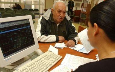 Un Israélien à l'Institut national de sécurité sociale (Crédit : Flash90)