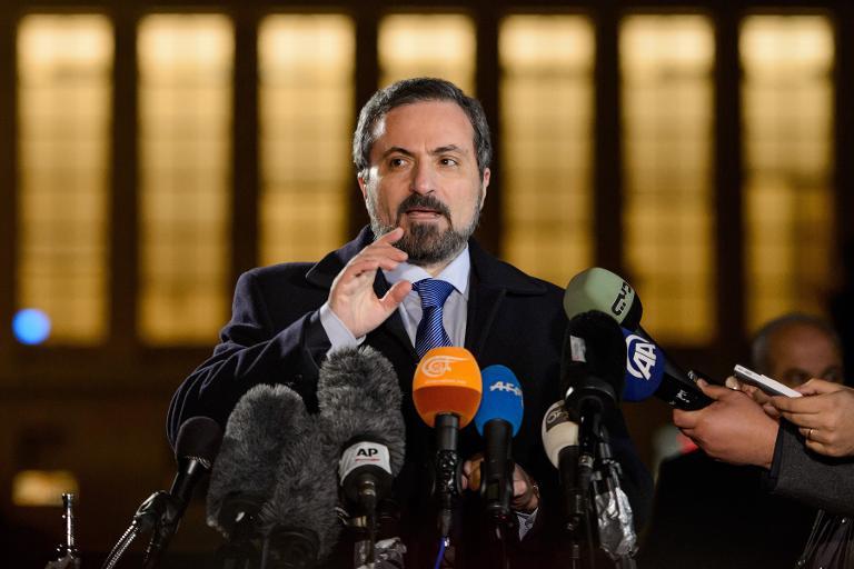 Le porte-parole de la Coalition nationale de l'opposition syrienne, Louay Safi, fait une déclaration à la presse, le 29 janvier 2014 à Genève (Crédit : AFP/Fabrice Coffrini)
