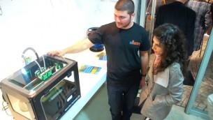 Une cliente observe un processus d'impression 3D en direct (Crédit: 3D Factory)
