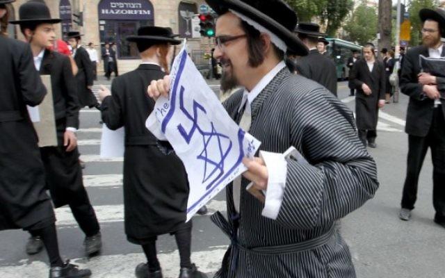 Un membre de la secte ultra-orthodoxe anti-sioniste Netourei Karta dans le quartier de Méa Shéarim à Jérusalem, 2 mai 2011 (Crédit : Nati Shohat/Flash90)