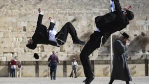 Miki et Yehuda Hayat ont introduit la capoeira dans la communauté juive orthodoxe (Crédit : Nati Shohat/Flash90)