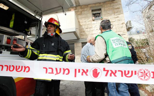 Les secouristes dépêchés à la maison où une famille a été retrouvée empoisonnée. Mercredi 22 janvier 2014 (Crédit : Flash 90)