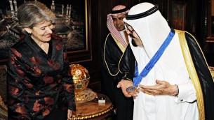 Le roi Abdallah se voit décerner la plus haute distinction de l'UNESCO par sa présidente, Irina Bokova (Crédit : Ahmed Al Omran, via Twitter)