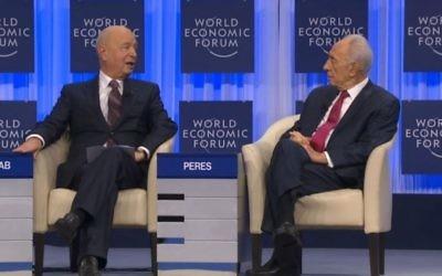 Le président Shimon Peres s'adresse à Klaus Schwab, fondateur du Forum économique mondial à Davos (Capture d'écran : Forum économique mondial)