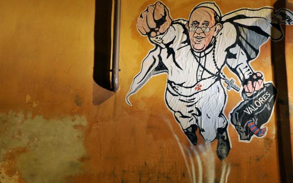 """Un graffiti peint sur un mur de Rome montrant le pape François en Superman a été twitté mardi par un compte Twitter du """"ministère"""" des Communications sociales du Vatican.  (Crédit : AFP/Tizinana Fabi)"""