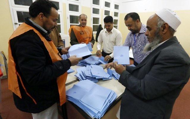 Le personnel chargé du comptage des ballots de vote en Lybie, 20 février 2014 (Crédit : Mahmud Turkia/AFP)