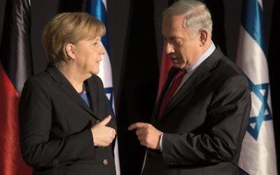 La chancelière allemande Angela Merkel et le Premier ministre israélien Benjamin Netanyahu lors d'une conférence de presse commune à Jérusalem, 25 février 2014 (Crédit : Menahem Kahana/AFP)