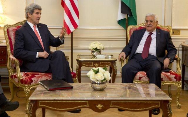 Le Secrétaire d'État américain John Kerry (G) avec le président de l'Autorité palestinienne Mahmoud Abbas, 19 février 2014 (Crédit : Evan Vucci/AFP)