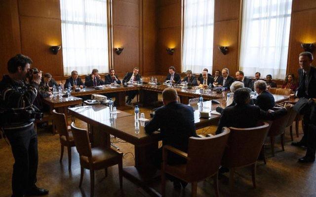 Les Etats-Unis et la Russie ont promis d'aider à débloquer l'impasse de la Conférence de paix à Genève sur la Syrie, a indiqué jeudi le médiateur de l'ONU Lakhdar Brahimi après une réunion avec les représentants des deux pays (Crédit : Pool/AFP Valentin Flauraud)