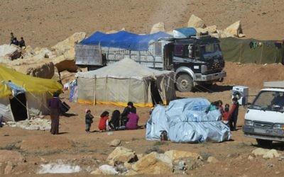 Des familles syriennes au camp de réfugiés d'Arsal dans la vallée de la Bekaa, au Liban, le 18 février 2014. (Crédit : AFP)