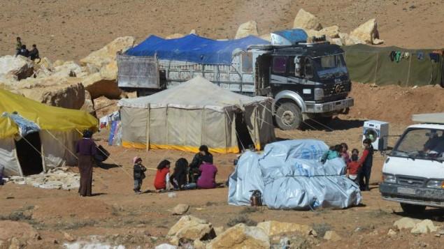 Des familles syriens au camp de réfugiés d'Arsal, le 18 février 2014 dans la vallée de la Bekaa, au Liban (Crédit : AFP)