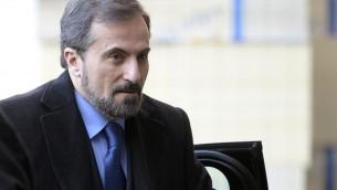 Le porte-parole de la Coalition de l'opposition syrienne Louai Safi arrive pour le second tour des négociations, le 11 février 2014 à Genève (Crédit : AFP Philippe Desmazes)