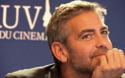 George Clooney à la conférence de presse de Michael Clayton lors du 33ème Festival de Deauville, septembre 2007 (Crédit : CC BY Vinya/Wikipedia)