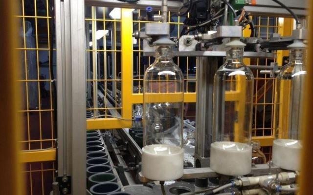 Des bouteilles de soda sont assemblées à l'usine SodaStream à Mishor Adumim (Crédit: Elhanan Miller/TOI)