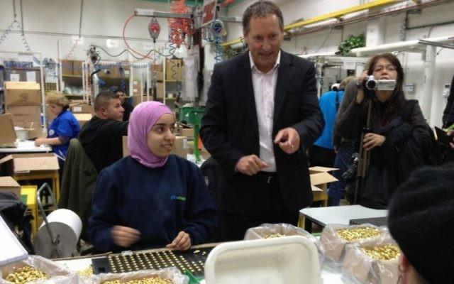 Daniel Birnbaum, le PDG de SodaStream, entouré de ses employés israéliens et palestiniens dans son usine de Cisjordanie, le 2 février 2014. (Crédit: Elhanan Miller/Times of Israel)