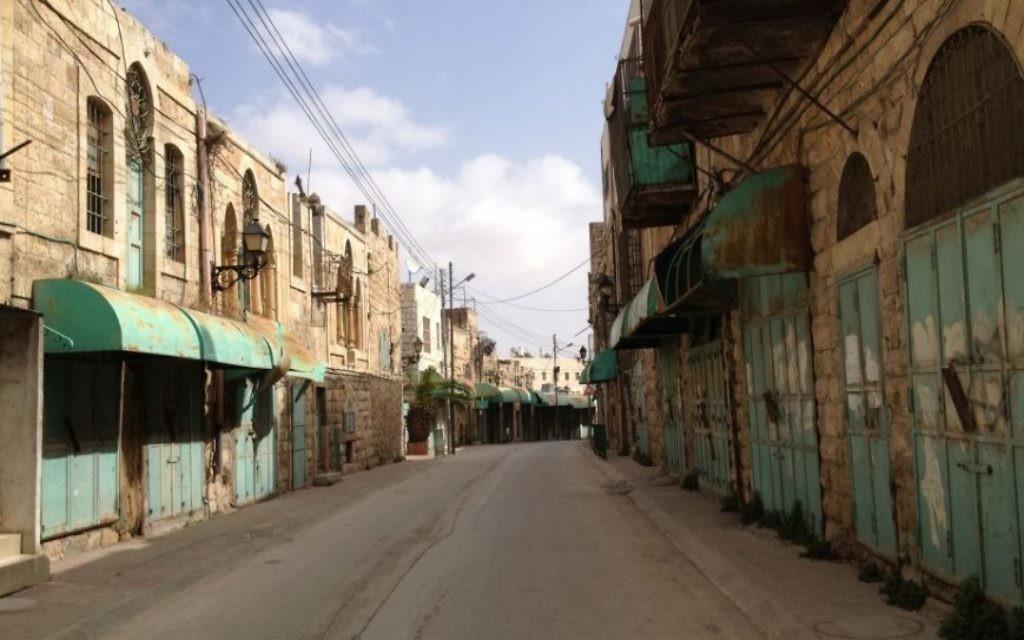 Anciennement une rue pleine de vie, la rue Shuhada est aujourd'hui fermée au public palestinien. Elle est maintenant vide la plupart du temps (Crédit : Elhanan Miller/Times of Israel)
