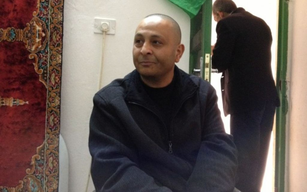 Kamal Abdeen, paralysé lors du massacre de Goldstein est actuellement le champion palestinien de tennis de table handicapé (Crédit : Elhanan Miller/Times of Israel)