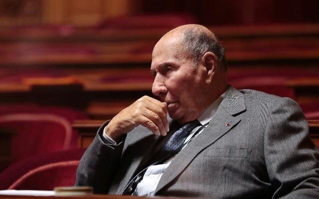 Le sénateur UMP Serge Dassault a demandé lui-même lundi la levée de son immunité parlementaire, devançant ainsi la décision qui semblait inéluctable du bureau de la Haute Assemblée, saisi d'une nouvelle demande des juges chargés du dossier d'achat présumés de voix à Corbeil-Essonnes. (Crédit : AFP/Archives Jacques Demarthon)
