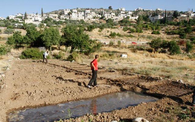 Des responsables palestiniens ont déposé une demande urgente pour qu'un village de Cisjordanie, dont les vestiges antiques sont menacés par le mur de séparation israélien, soit inscrit au patrimoine mondial de l'Unesco. (Crédit : AFP/Archives Musa al-Shaer)
