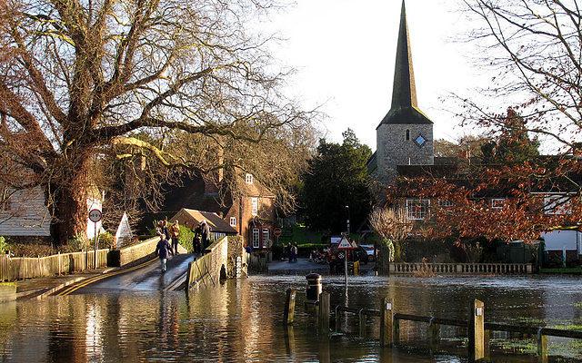 La rivière Darent qui passe près de la ville du sud-est de la Grande-Bretagne, Eynsford, le centre ville en décembre 2013 (Crédit : CC BY Stephen Craven/geograph.co.uk)