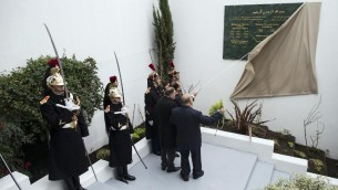 François Hollande inaugure une des deux plaques en mémoire des Musulmans qui sont morts pour la France durant les deux guerres mondiales, à la Grande mosquée de Paris, le 18 février 2014 (CRédit : POOL/AFP Ian Langsdon)