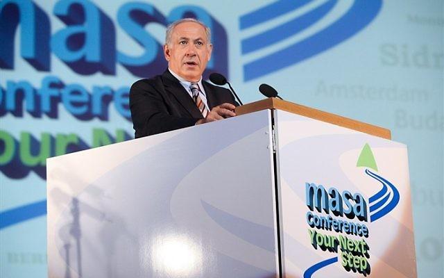 Le Premier ministre Benjamin Netanyahu s'adresse aux 3000 participants de la méga-conférence de Jérusalem organisée par Masa Israel, mai 2010 (Crédit : CC BY Masa Israel/Flickr)