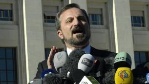 Le porte-parole de la Coalition de l'opposition syrienne, Louay Safi, lors d'une conférence de presse, le 12 février 2014 à Genève (Crédit : AFP/Philippe Desmazes)