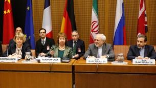 La chef de la diplomatie européenne, Catherine Ashton, et le ministre iranien des Affaires étrangères, Mohammad Javad Zarif, le 18 février 2014 à Vienne (Crédit : AFP Dieter Nagl)
