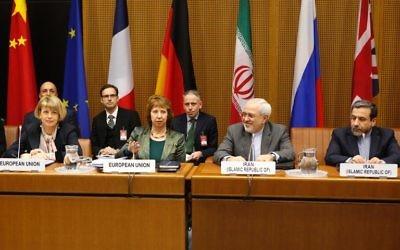 La chef de la diplomatie européenne, Catherine Ashton, et le ministre iranien des Affaires étrangères, Mohammad Javad Zarif, le 18 février 2014 à Vienne (Crédit : Dieter Nagl/AFP )