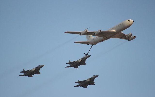 Un 707 des forces aériennes israéliennes distribue du carburant à des F-15 (Crédit : CC BY Oren Rozen/Wikimedia Commons)