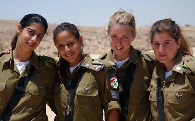 Quatre soldates de l'armée israélienne, 20017 (Crédit : autorisation de/CC BY Israeli Defence Forces Spokesperson's Unit)