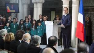 François Hollande lors d'un discours à la Grande mosquée de Paris le 18 février 201, où il a rendu hommage aux anciens combattants musulmans morts pour la France durant les deux guerres mondiales. En arrière plan, un groupe de jeunes scouts musulmans. (Crédit : POOL/AFP Ian Langsdon)