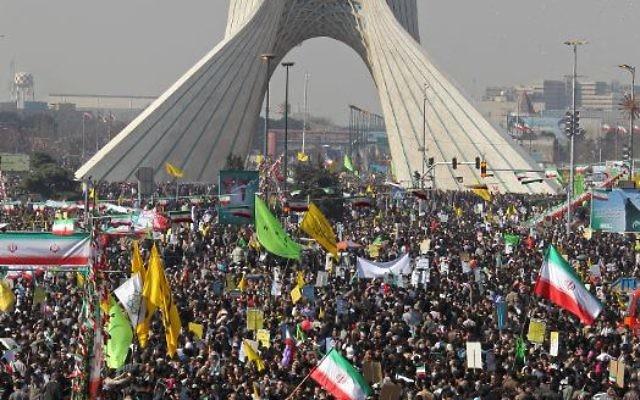 Des Iraniens fêtent le 34e anniversaire de la révolution islamique, le 10 février 2013 place Azadi, à Téhéran (Crédit : AFP/Archives Atta Kenare)