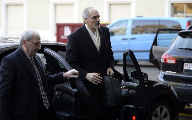 Le représentant permanent syrien aux Nations Unies Bachar al-Jaafari (d) arrive pour les négociations à Genève, le 11 février 2014 (Crédit : AFP Philippe Desmazes)