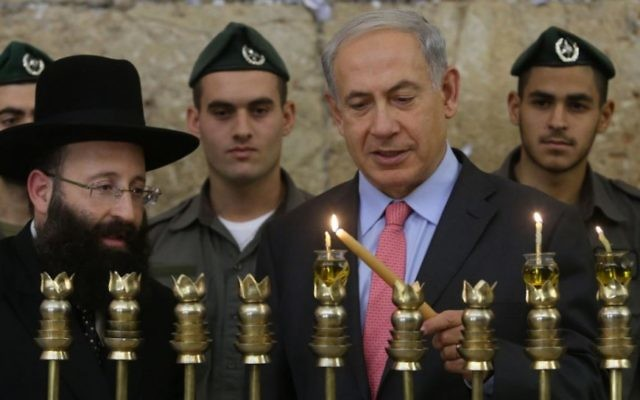Benjamin Netanyahu en train d'allumer une bougie à Hanoukah (Crédit : Marc Israel Sellem/Flash 90)