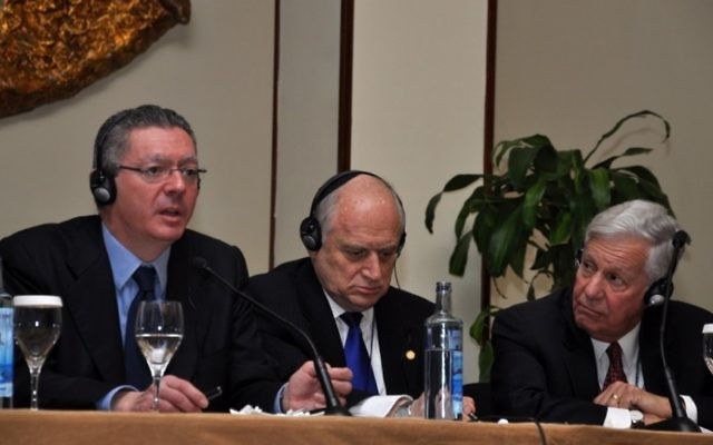 Le ministre de la Justice espagnol Alberto Ruiz Gallardon, Malcolm Hoenlein et Robert Sugarman à la Conférence des présidents à Madrid (Crédit : Fuenta latina/JTA)