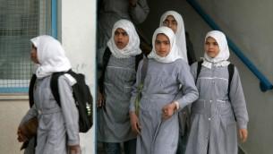 Des écolières palestiniennes d'une école de l'UNRWA dans la bande de Gaza. Illustration. (Crédit : Abed Rahim Khatib/Flash90)