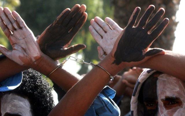 Des émigrés africains manifestent devant le ministère de l'Intérieur à Tel Aviv - 11 Février 2014 - (Crédit : Roni Schutzer/Flash90)