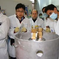 Des inspecteurs de l'AIEA et des techniciens iraniens à la centrale nucléaire de Natanz, le 20 janvier 2014.  (Crédit : Irna/AFP/Archives Kazem Ghane)