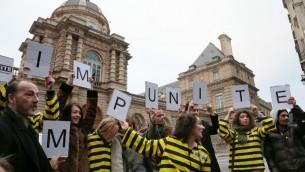 """Des manifestants de """"Sauvons les riches"""" à Paris, le 10 janvier 2014 (Crédit : AFP/Archives Jacques Demarthon)"""
