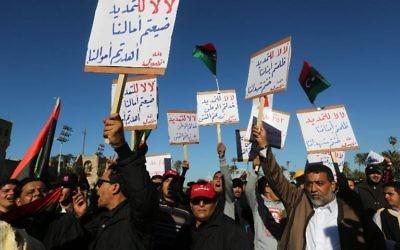 Des manifestants libyens, à Tripoli le 7 février 2014, contre le Congrès général national (CGN), la plus haute autorité politique du pays (Crédit : AFP/Archives Mahmud Turkia)