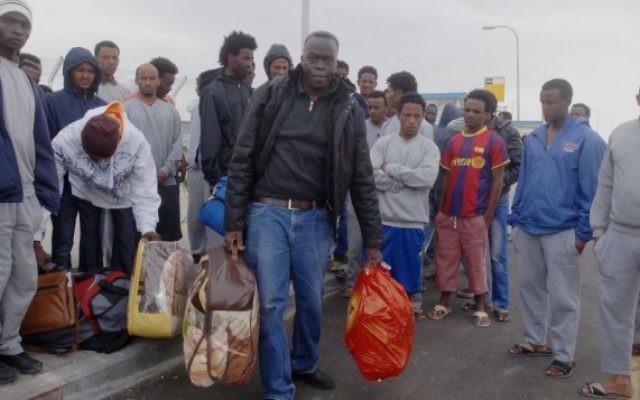 Migrants africains au centre de détention des réfugiés du sud d'Israël, le 26 janvier 2014. (Crédit : Flash90)