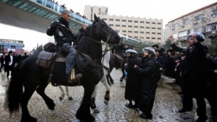 Des policiers à cheval à Jérusalem - 6 février 2014 (Crédit : Yonatan Sindel/Flash90)
