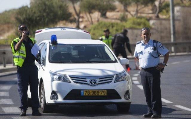 Un barrage routier avec des policiers israéliens (Crédit : Yonatan Sindel/Flash90)