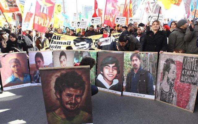Des portraits d'Ali Ismail Korkmaz, jeune manifestant battu à mort par des policiers en juin 2013, lors d'un rassemblement devant le tribunal de Kayseri, le 3 février 2014 en Turquie  (Crédit : AFP/Adem Altan)